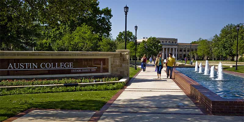 Austin College students walk across campus